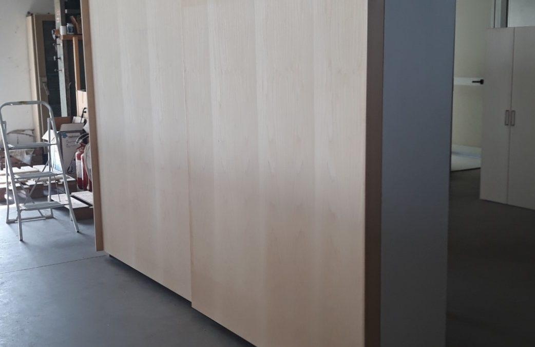 Armadio in legno con ante scorrevoli